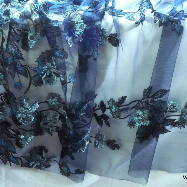 Burda style Blätter Stickerei auf dunkelblauer Stretch Tüll