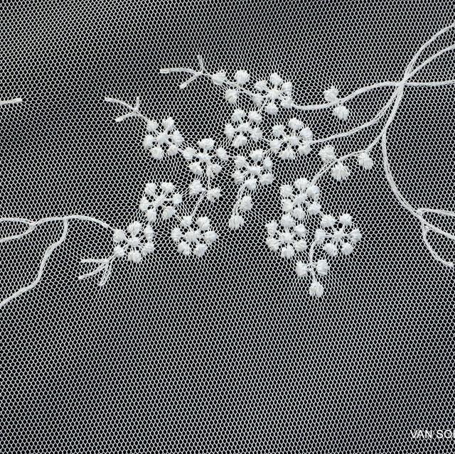 Flatternde feine mini Blümchen auf Ton in Ton weißerTüll