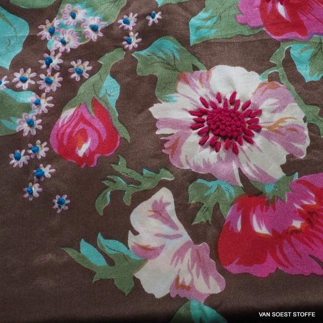 Mit Blumen bedruckter und bestickter 100% Seidensatin Stoff