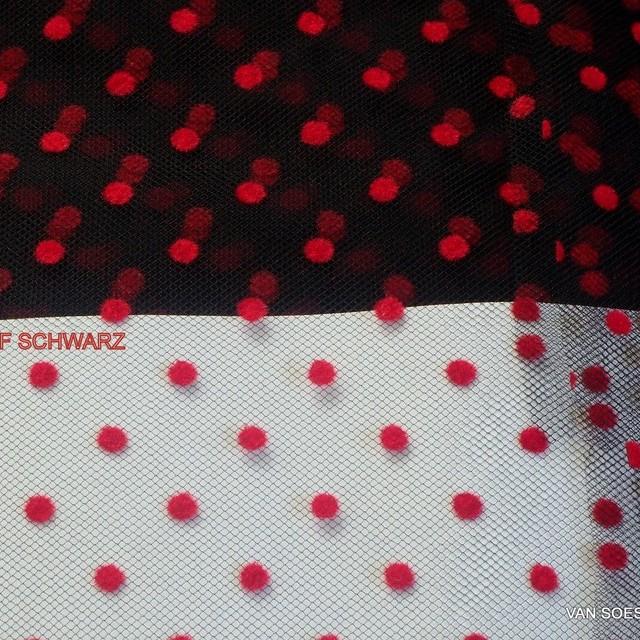 Tupfen geflockter Tüll in Scharlach Rot auf schwarzen Tüll.