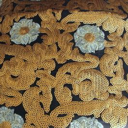 Stoff Silber Blumen mit  Goldene Pailletten auf Navy Chiffon