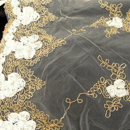 Stoff Weiße Röschen in Gold Stickerei auf feinem weißen Tüll