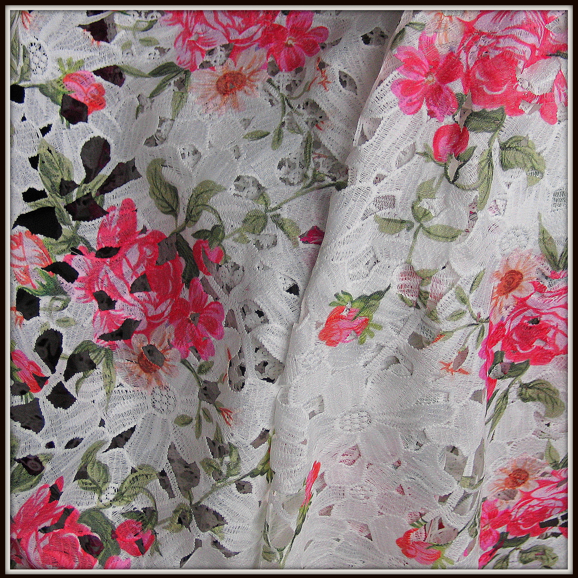 Allover Blumen Spitze bedruckt mit Rosen Muster   Bestickte Spitzen ...